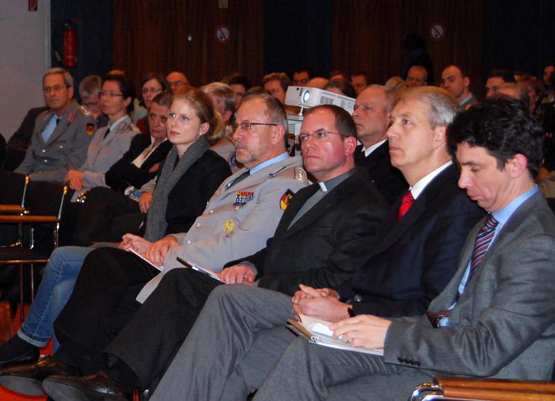 von rechts: Dr. Stephan Loos, Ministerialrat Fritz Günther, Katholischer Militärpfarrer Bernd Schaller, Oberstarzt Dr. Karl-Heinz Biesold und die Dokumentarfilmerin Astrid Schult.