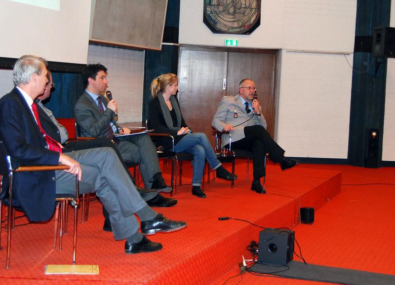 Das Podium mit einer Wortmeldung von Oberstarzt Dr. Karl-Heinz Biesold