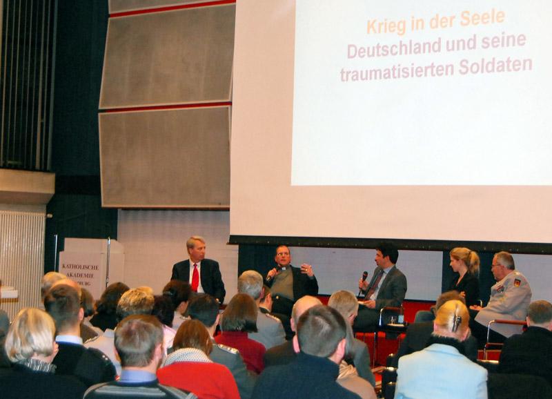 Das Podium, am Mikrofon der Katholische Militärpfarrer Bernd Schaller