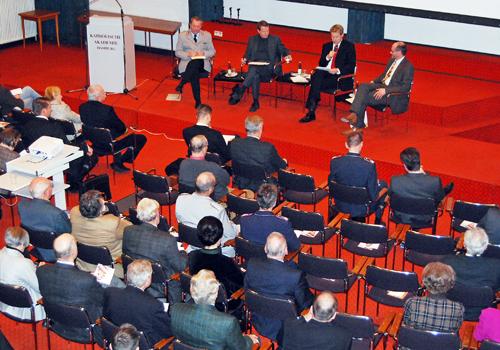 Auf dem Podium: Generalleutnant Günter Weiler, Dr. Klaus Naumann, Dr. Jochen Bittner (Moderator) und Prof. Dr. Heinz-Gerhard Justenhoven