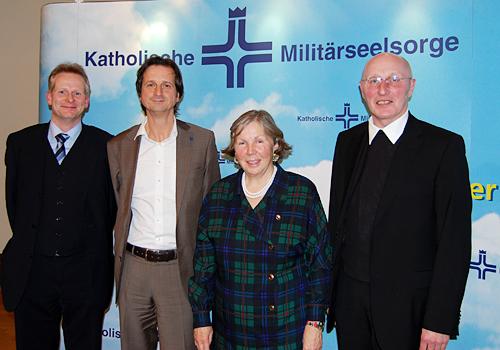 Der Autor, Dr. Hanns-Gregor Nissing, die Referenten, Stephan Grünewald und Prof. Dr. Hanna-Barbara Gerl-Falkovitz, und der einladende Militärdekan, Msgr. Rainer Schnettker