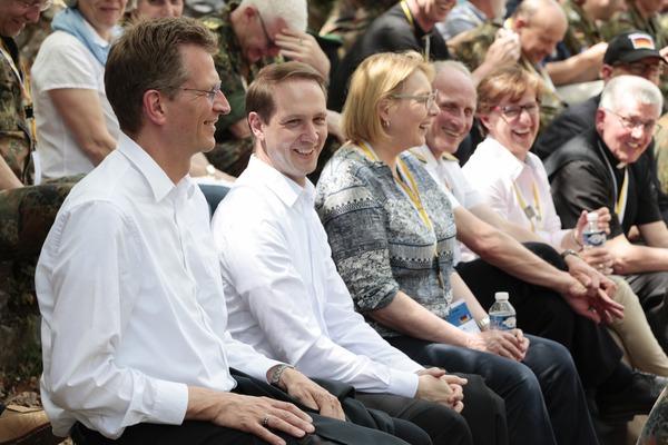 Einige Gäste des Militärbischofs: darunter Staatssekretär Brauksiepe (links) und die Bundestagsabgeordnete Manderla (3. von links). (© Christina Lux)