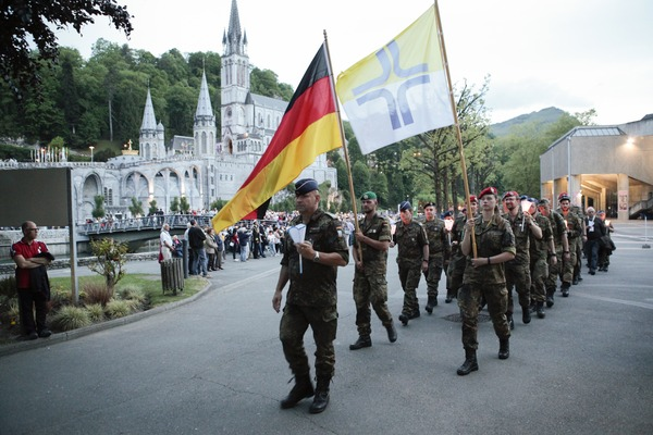 Die deutsche Pilgergruppe vor der Rosenkranzbasilika und Grotte (© Christina Lux)