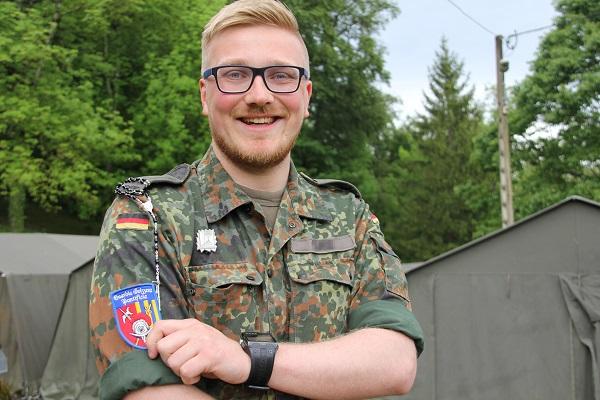 Leutnant Kevin heftet sich das Patch der Schweizer Gardisten auf den Arm. © KS / Barbara Dreiling