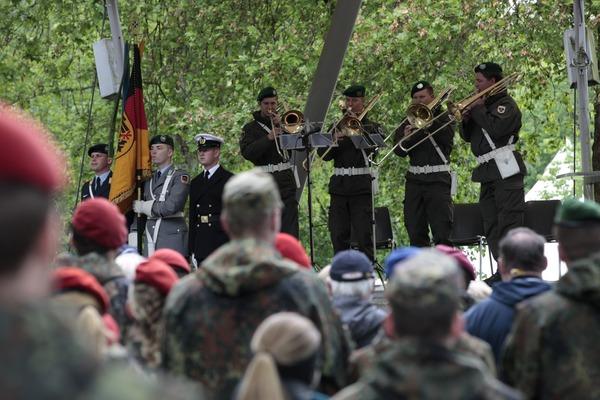 Die Fahnenabordnung aus Deutschland und Militärmusiker aus Österreich (© Christina Lux)