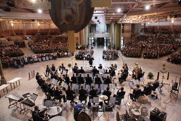 Die moderne Kirche St. Bernadette während des Konzerts von der Orgel aus gesehen (© Christina Lux)
