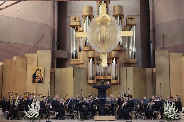 Im Altarraum der Kirche St. Bernadette: das Luftwaffenmusikkorps Münster (© Christina Lux)
