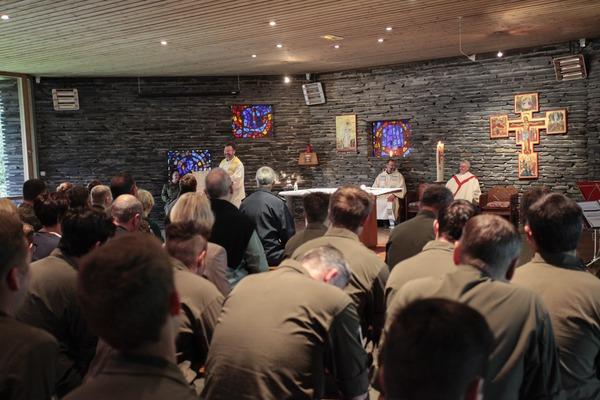 Im Altarraum der Kapelle: Zeltlagerpfarrer Vogelmeier, Militärdekan Pützer und Militärgeneralvikar Msgr. Bartmann (© Christina Lux)