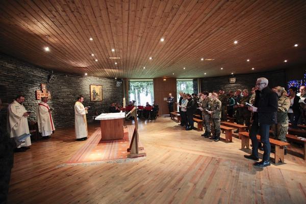 Im Altarraum der Kapelle: Militärdekan Pützer, Militärgeneralvikar Msgr. Bartmann und Zeltlagerpfarrer Vogelmeier (© Christina Lux)