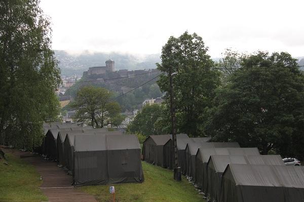 Wer im Zeltlager wohnt, kann den Blick auf die Burg über Lourdes genießen. © KS / Barbara Dreiling