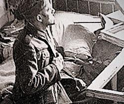 Das Titelbild stammt aus einem Fotoalbum des Kriegspfarrers Georg Paulus und zeigt eine Krankenstation in Russland nach einem Granateinschlag im Dezember 1941.