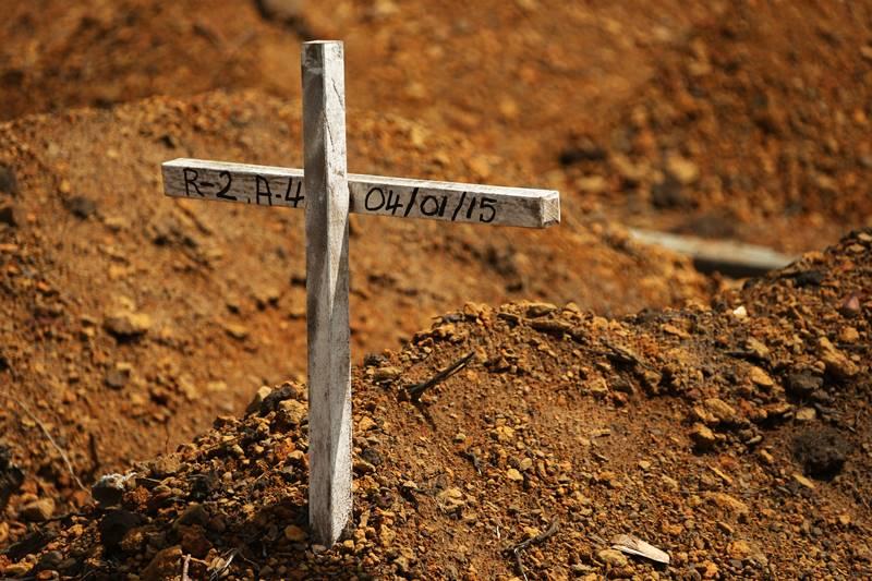 Unter diesem Grabkreuz liegt eines der ungezählten Opfer der Ebola-Epidemie in Liberia bestattet. © Bundeswehr / Sebastian Wilke
