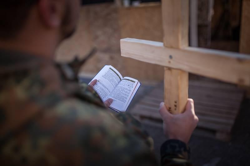 Soldaten bei einem Gottesdienst © Bundeswehr / Falk Bärwald