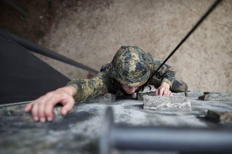 Soldat auf der Hindernisbahn © Bundeswehr / Jana Neumann