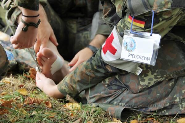 Eine Sanitäterin pflegt den verletzten Fuß eines Soldaten. © KS / Barbara Dreiling
