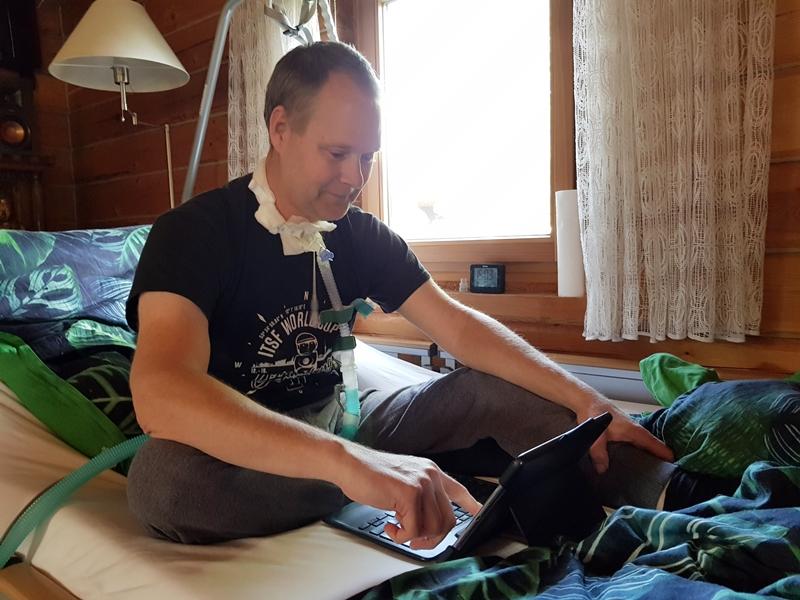 Mit fortschreitender ALS muss Engelbert Diegmann immer häufiger künstlich beatmet werden. Den Schlauch am Hals trägt er auch nachts. © KS / Barbara Dreiling