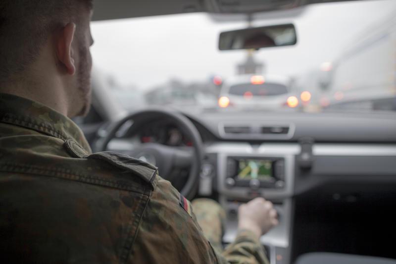 Soldat bei der Autofahrt © Bundeswehr / Daniel Dinnebier