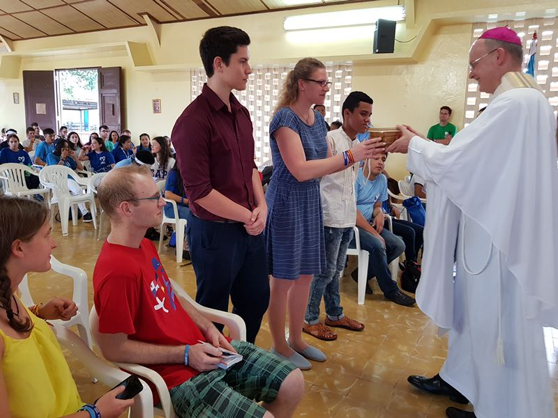 Teilnehmer des Weltjugendtags bringen beim Gottesdienst mit Bischof Overbeck Symbole für ihr Land zum Altar. © KS / Barbara Dreiling